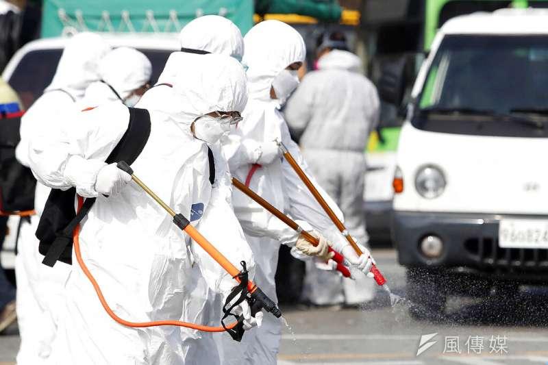 南韓疫情肆虐,光州的工作人員正在加強消毒。(美聯社)