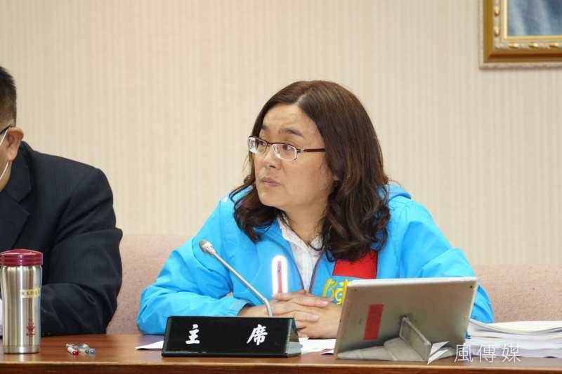 為方便防疫消毒工作,內政委員會召委陳玉珍提醒委員可使用手持無線麥克風。(盧逸峰攝)