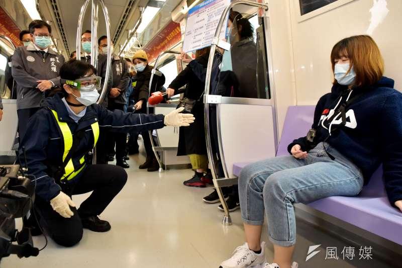 桃園機場捷運防疫情境演練,圖為列車上發現疑似染疫旅客的處置。(桃園捷運公司提供)