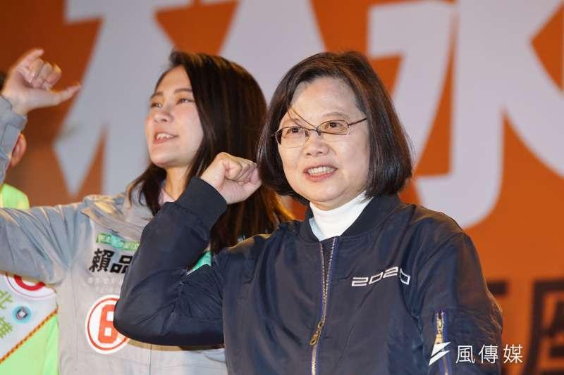 中研院社會學研究所副所長陳志柔認為,中國國家主席習近平提出的「一國兩制、不承諾放棄武統」、香港反送中運動以及中美貿易戰,激發出民進黨於2020年高達42%的催票率。圖為總統蔡英文。(資料照,盧逸峰攝)