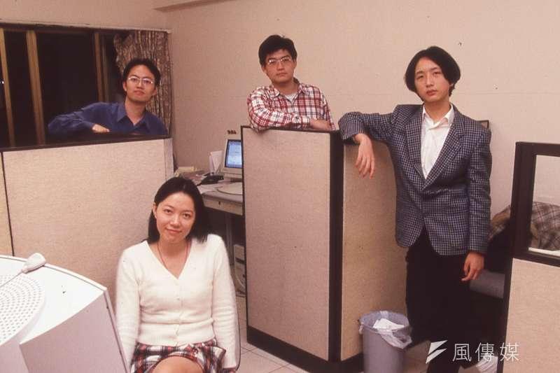 1998年,唐鳳(右)與賀元(左)、薛曉嵐(前)成立資訊人文化事業公司,唐鳳成為資訊人最年輕的合夥股東。(新新聞資料照)