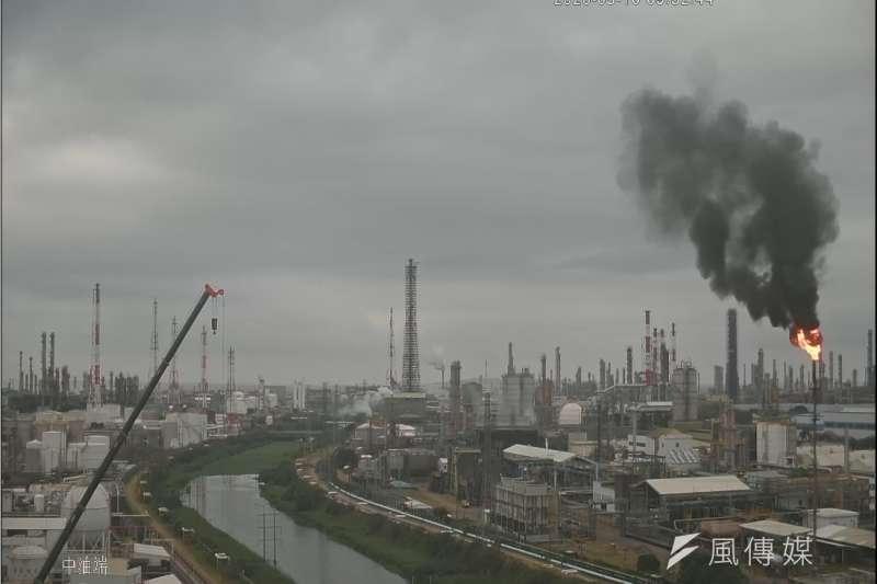 亞聚林園廠排放黑煙,違反空氣污染防制法第32條規定告發,將依法裁罰10萬以上罰鍰。(圖/徐炳文攝)