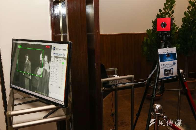 20200310-立法院門口架設中科院體溫檢測儀。(顏麟宇攝)