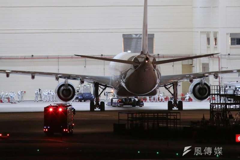 20200310-第二批武漢包機10日晚間返抵台灣。(顏麟宇攝)