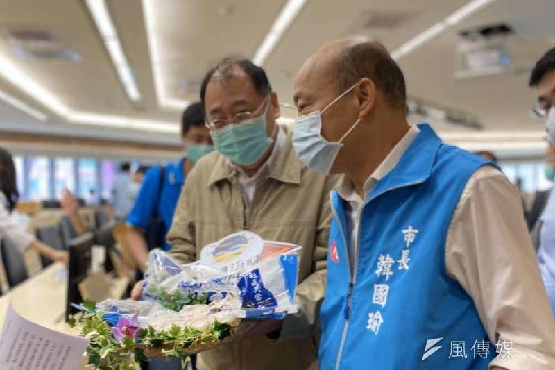 高雄市長韓國瑜(右)與高雄市海洋局局長趙紹廉(左)大力促銷高雄優質石斑魚。(資料照,徐炳文攝)