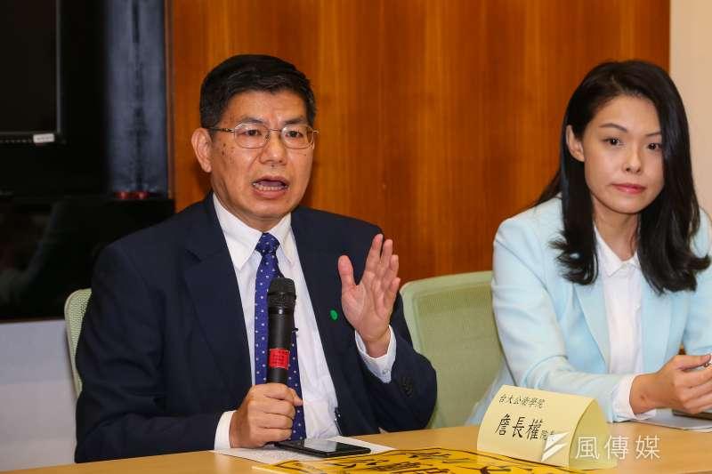 台大公衛學院教授詹長權(左)表示,台灣入境沒有免費檢測、自己付錢也沒得測,光靠14天檢疫的邊境管制,可以撐多久?(資料照,顏麟宇攝)