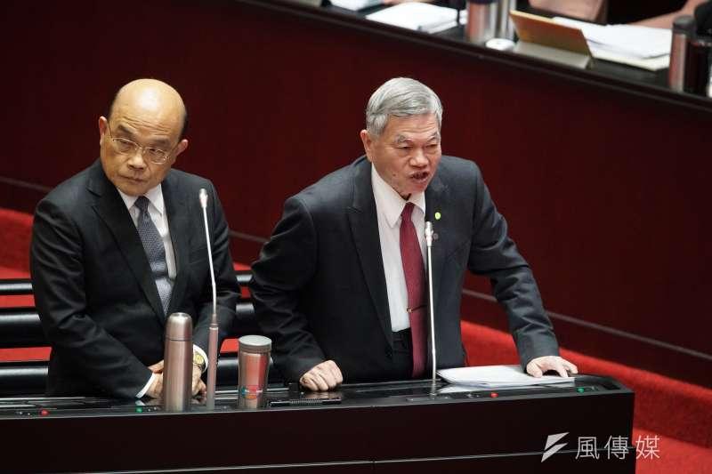 經濟部長沈榮津(右一)指出,武漢肺炎疫情過後,若口罩機台不能退還,將協助業者轉型拓銷,往其他國家輸出。(盧逸峰攝)