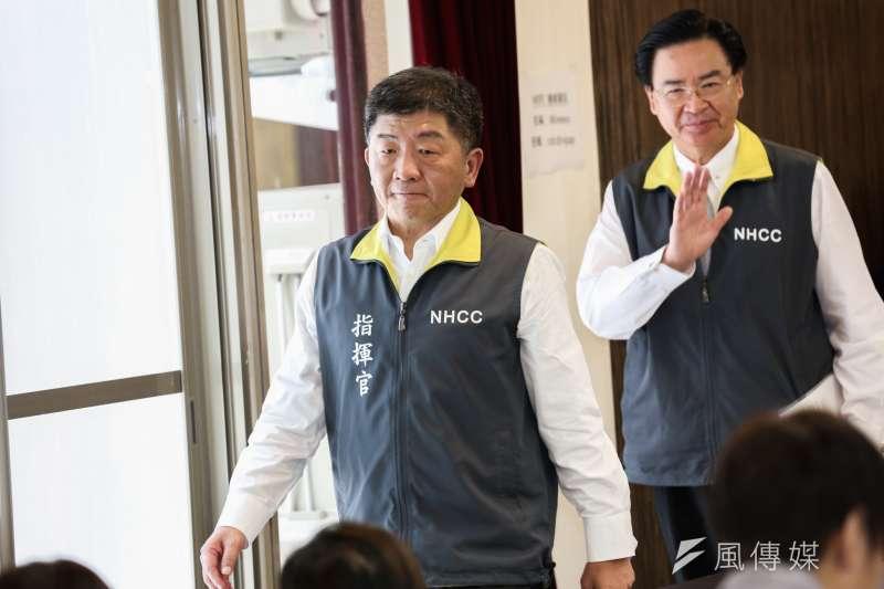 2020318-疫情指揮中心18日召開記者會,指揮官陳時中(左)與外交部長吳釗燮(右)說明狀況。(簡必丞攝)