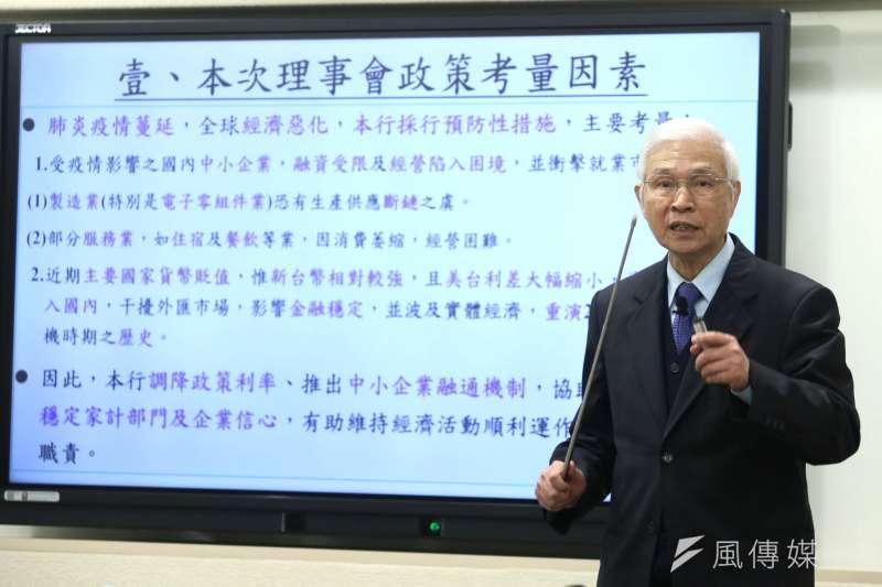 央行總裁楊金龍表示,央行在降息1碼後,未來仍保有貨幣政策操作空間,「但不會(像美國聯準會)讓利率轉負。」(柯承惠攝)