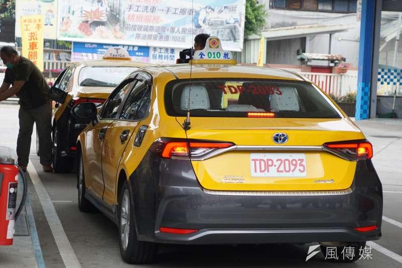 20200320-交通部祭出「計程車油料補貼措施」圖為計程車加油。(盧逸峰攝)
