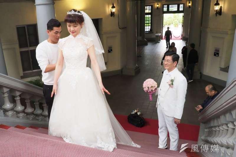 監察院副秘書長劉文仕(右)與太太郭豫珍(中)回到他們相遇姻緣的起點監察院,拍下三十年珍珠婚紀念照。(林瑞慶攝)