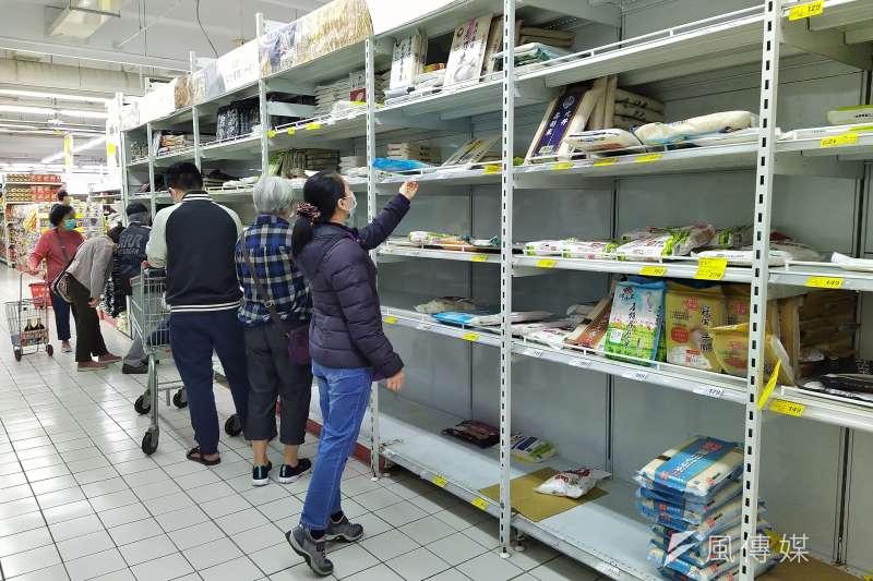 醫師葉庭瑜提醒,購物完成後,建議將購物袋至於家中角落,並且放置至少3日再使用,如此才能確保將感染風險降至最低。(資料照,盧逸峰攝)