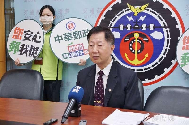 中華郵政副總經理郭純陽20日召開記者會,表示中華郵政將協助農民行銷國產優質鳳梨。(盧逸峰攝)