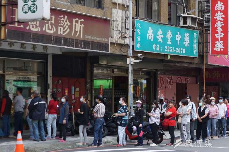 20200321-民眾在藥局外排隊買口罩。(盧逸峰攝)