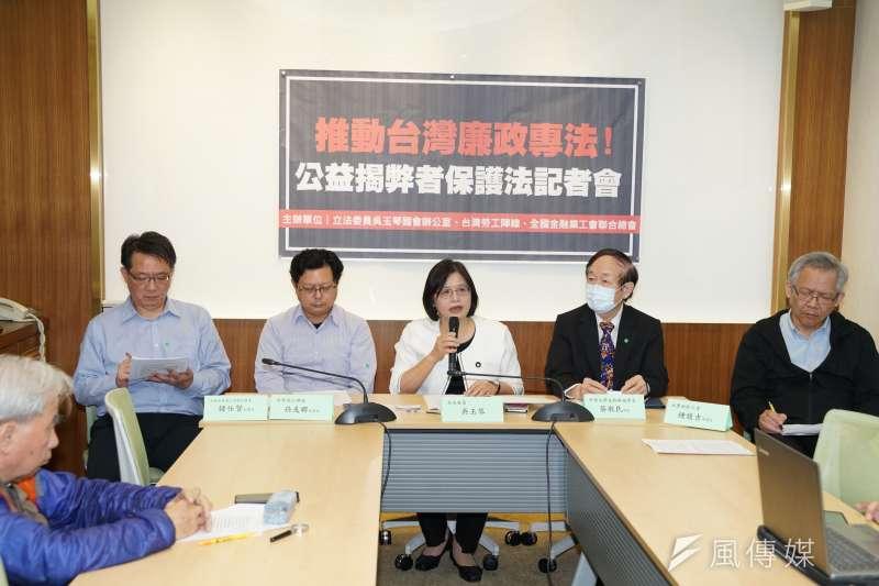 民進黨立委吳玉琴(左三)推動公益揭弊者保護法,鼓勵吹哨者勇於揭弊。(盧逸峰攝)