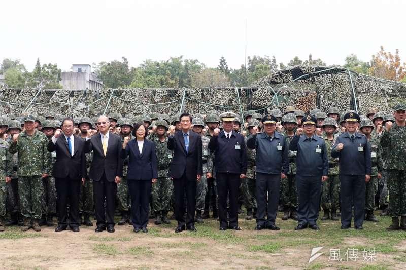 作者指出,台灣在經歷民主化過後數載,當前絕大多數軍人是為了保衛台灣民主自由的生活方式,而非個別政黨的「親衛隊」。圖為總統蔡英文視察國軍防疫措施。(資料照,蘇仲泓攝)