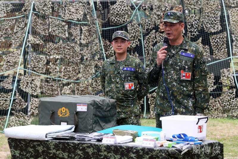 20200324-因應疫情,203旅旅長陳生平上校(右)針對國軍防疫進行說明。(蘇仲泓攝)
