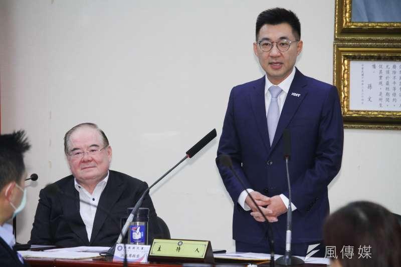 20200325-國民黨主席江啟臣(右)於中常會前頒發立院黨團委員長聘書給黨籍立委並致詞,左為秘書長李乾龍。 (蔡親傑攝)