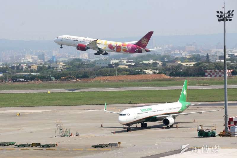 20200326-因武漢肺炎疫情管控出入境,桃園機場各航空公司航班也大量取消停飛,單日出入境人數已跌破萬人.(柯承惠攝)