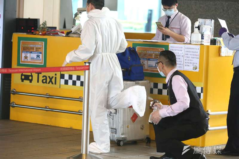 20200326-因武漢肺炎疫情管控出入境,桃園機場單日出入境人數已跌破萬人,圖為一位入境旅客準備搭乘機場防疫計程車前先清潔消毒.(柯承惠攝)