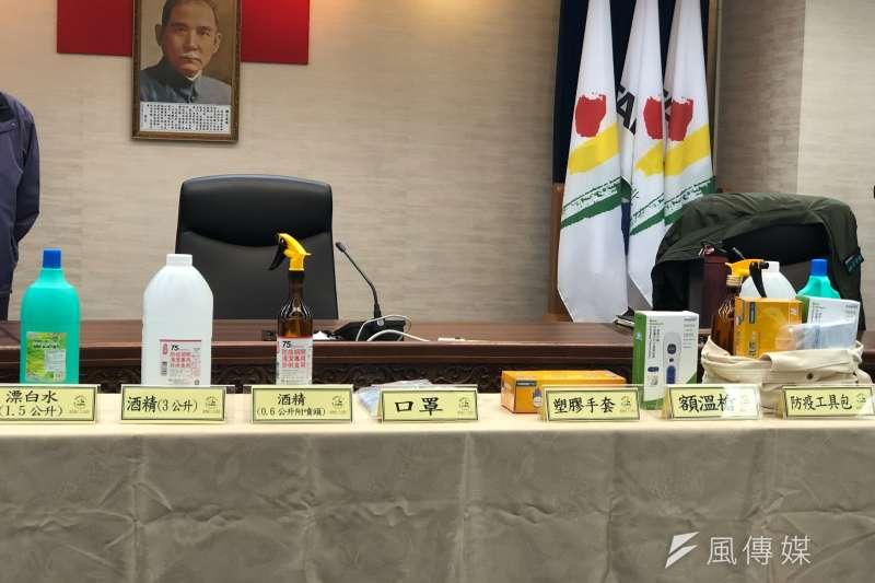 20200326-台北市政府26日下午再召開疫情小組應變會議,台北市政府配分防疫包給各區里長。圖為防疫包內各項物資。(方炳超攝)