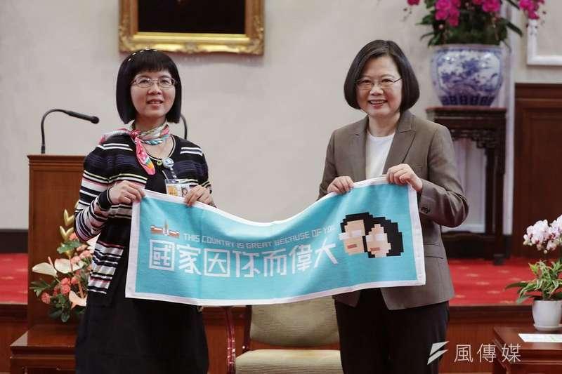 總統蔡英文27日上午於總統府接見防疫醫護人員,感謝他們為台灣人民的付出。(總統府提供)