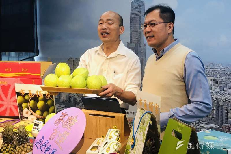 高市長韓國瑜(左)與農業局長吳芳銘合體,賣力推廣高雄首選電商平台的農產品。(圖/徐炳文攝)