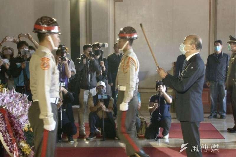 高雄市長韓國瑜擔任主祭,並率領軍方代表、市府團隊陪祭,向因公殉職的先人致敬,現場氣氛莊嚴隆重。(圖/徐炳文攝)