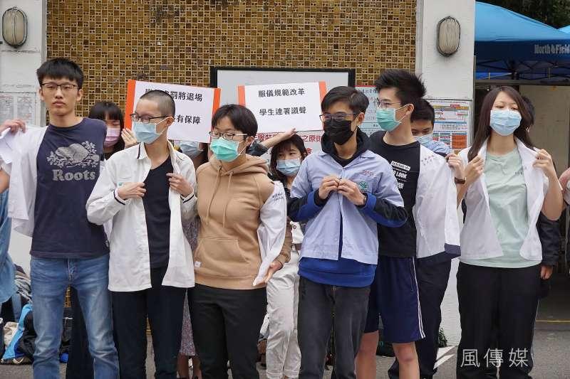 20200329-學生團體29日舉行「破千學生連署 北高學生串聯共同呼籲教育部落實服儀解禁」記者會,學生脫掉制服上衣表達訴求。(盧逸峰攝)