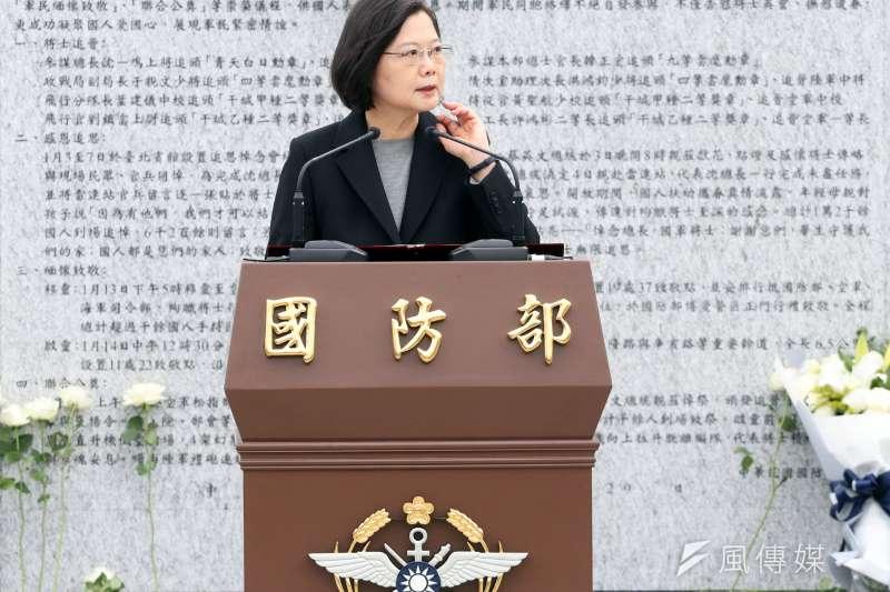 黑鷹失事事件紀念碑於今(29)日上午正式啟用,總統蔡英文(見圖)主持揭牌儀式、頒贈紀念品予家屬。(蘇仲弘攝)