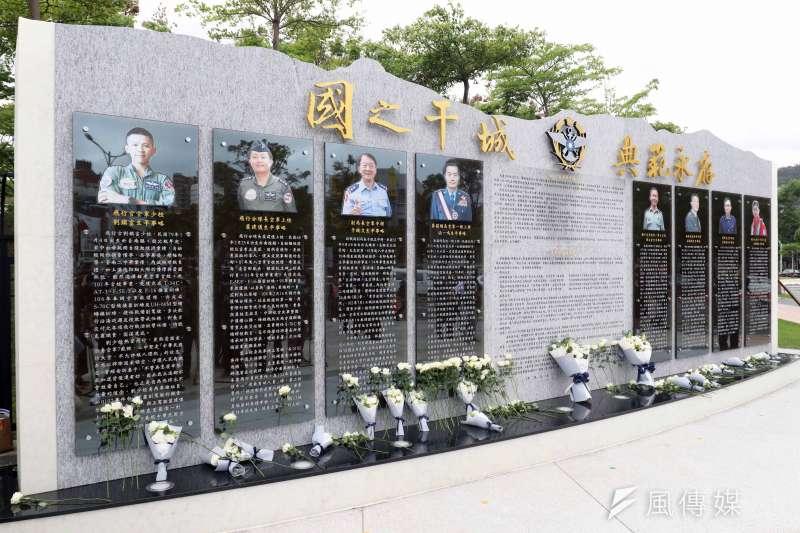 20200329-黑鷹失事事件紀念碑於今(29)日上午正式啟用,總統蔡英文主持揭牌儀式、頒贈紀念品予家屬。(蘇仲弘攝)