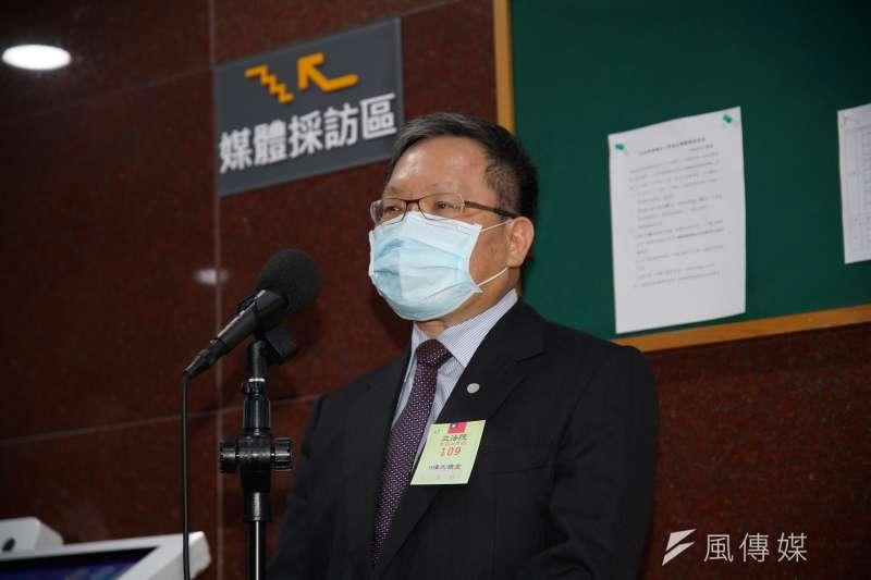 財政部長蘇建榮30日於財政委員會外受訪。(盧逸峰攝)