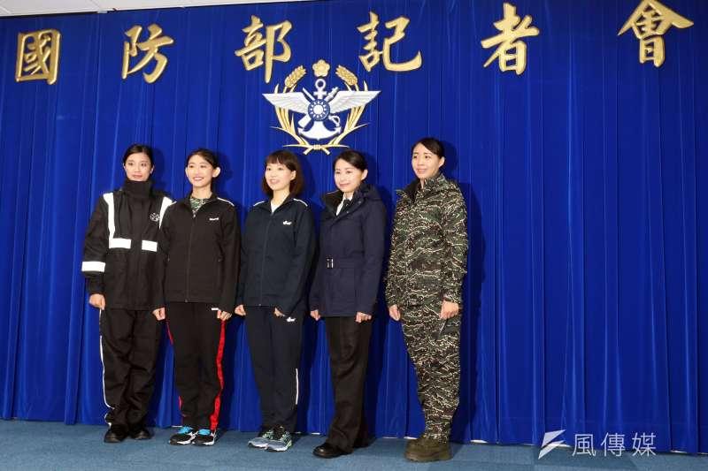 負責示範的官兵代表身著知名品牌運動鞋,身上的防寒夾克亦具有GORE-TEX防水材質,對官兵日常穿著需求而言可說是相當大的進步。(蘇仲泓攝)