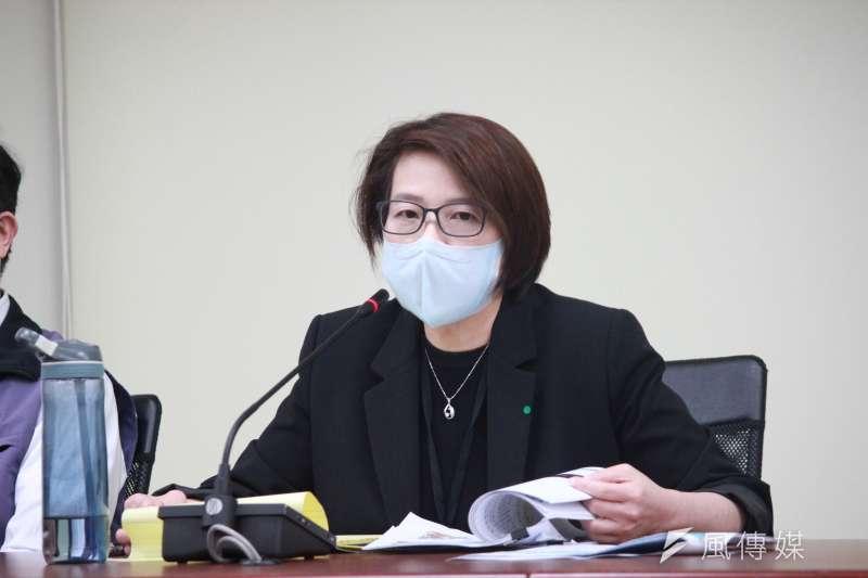 台北市府今(31)日下午召開新冠肺炎疫情小組應變會議,北市副市長黃珊珊(見圖)表示,強制民眾搭北捷、公車戴口罩,還需要等到中央授權才行。(方炳超攝)