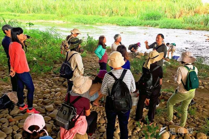 文山社區大學帶領學員實地探訪筏子溪,推動環境教育之餘,也瞭解在地地理環境。(圖/臺中市政府教育局提供)