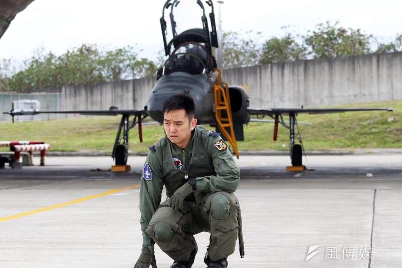 空軍台東志航基地肩負空軍戰機飛行員學官帶飛重任,在此順利完訓者才能進一步挑戰三型主力戰機。帶飛學官的教官日常飛行訓練繁重,排解壓力的管道相對重要,也因此促成基地內「虎團」樂團的誕生。(蘇仲泓攝)