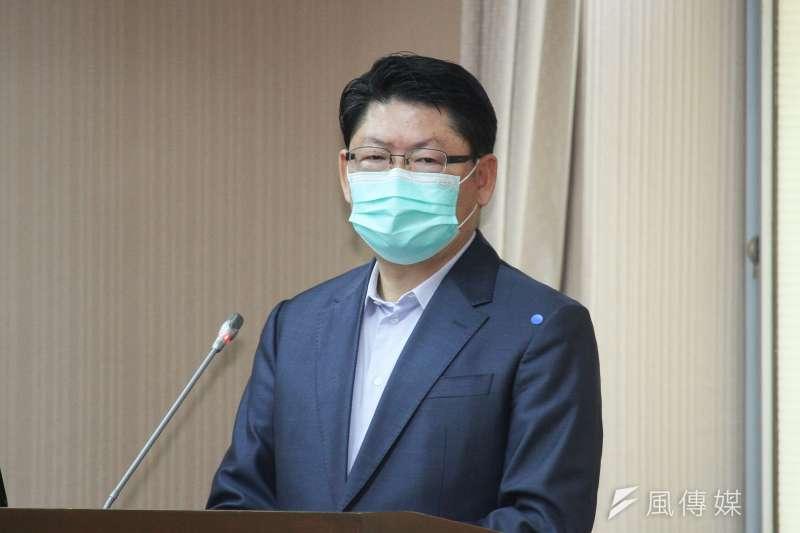 交通部次長黃玉霖(見圖)今(1)日表示,搭乘高鐵、台鐵、國道客運需要戴口罩、量體溫,這是具有強制性。(蔡親傑攝)