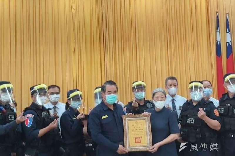 慈濟高雄分會至高雄市警察局致贈1000枚志工自製的簡易防疫面罩,提供第一線員警使用,為警民聯手防疫留下佳話。 (圖/徐炳文攝)