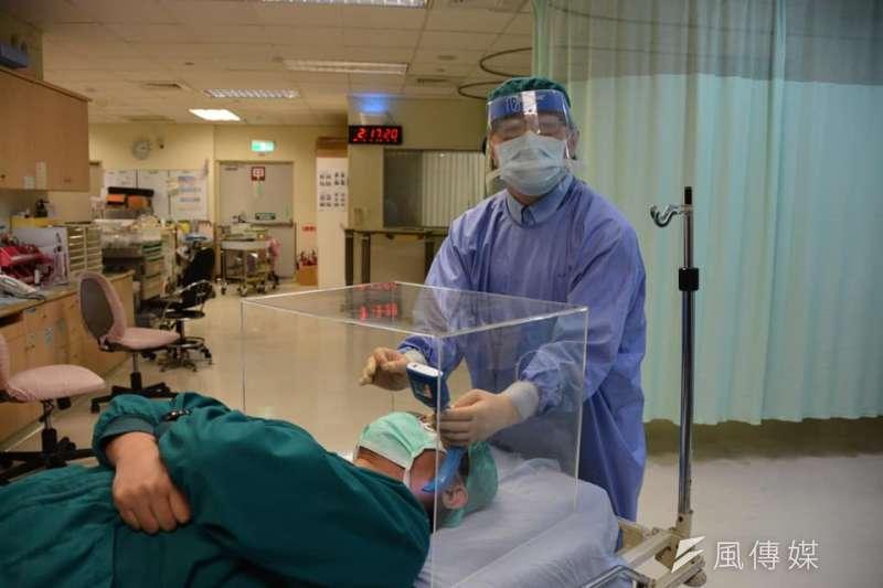賴賢勇的臉書頁面,可見各國醫師展示他們自製成功的「防疫箱」,並表示感謝。(圖片來源:賴賢勇臉書)