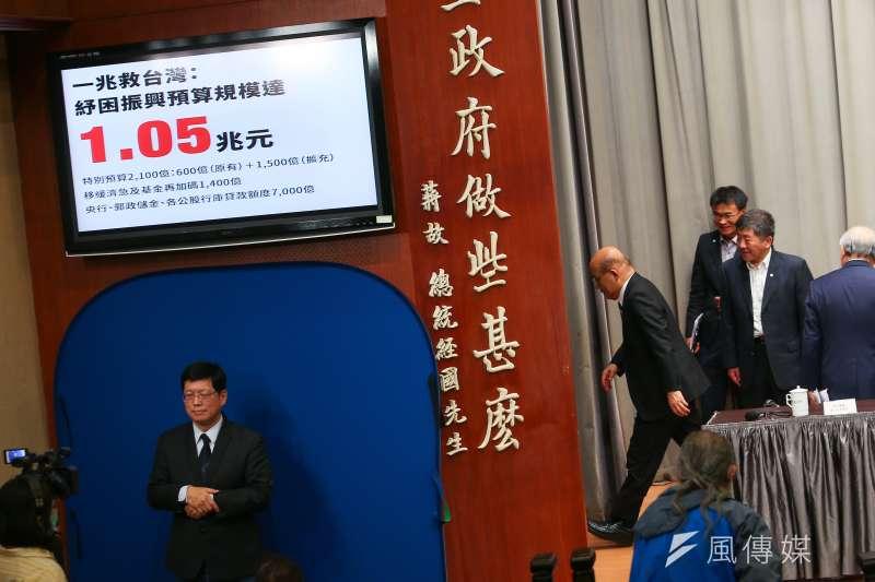 行政院長蘇貞昌及相關部會首長2日公布紓困振興預算規模破兆元。(資料照,顏麟宇攝)