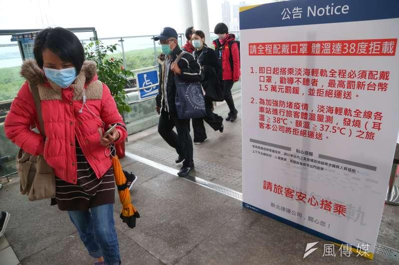 台大兒童感染科主任黃立民表示,戴上口罩確實可以降低感染的風險,沒戴風險反而更大。圖為佩戴口罩的捷運乘客。(資料照,顏麟宇攝)