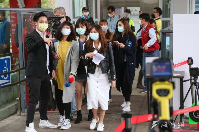 作者感嘆,台灣目前除了防疫之外,真的都再無其他值得關注與報導的重大事項了嗎?圖為媒體採訪示意圖。(資料照,顏麟宇攝)
