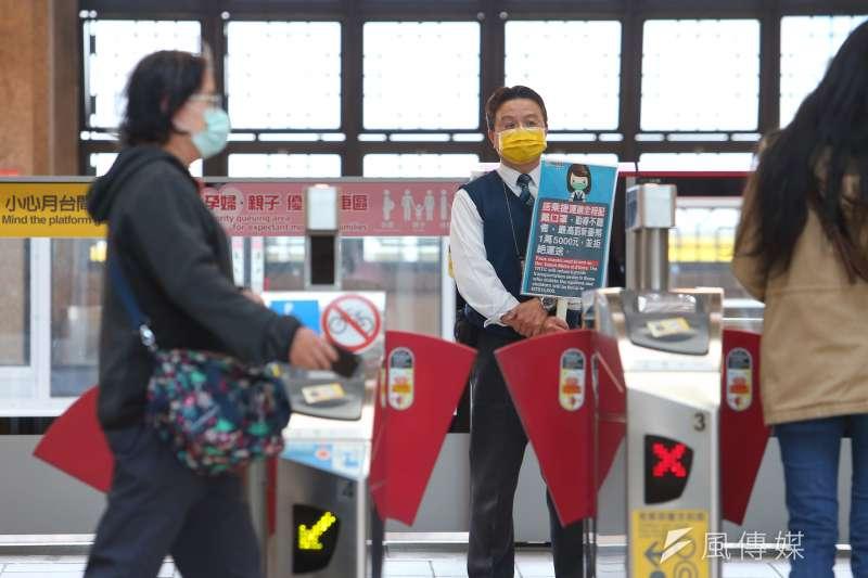 20200404-台北市4日搭乘大眾運輸工具、捷運須佩戴口罩。(顏麟宇攝)