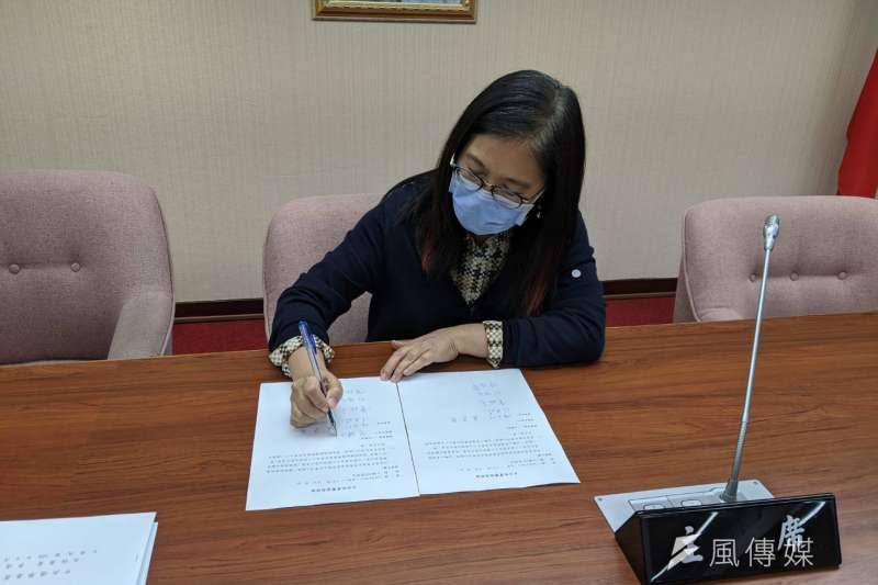 立法院內政委員會今(6)日協商日前初審通過的《選罷法》及《總統副總統選罷法》,召委管碧玲也邀朝野立委共同簽字見證。(林瑋豐攝)