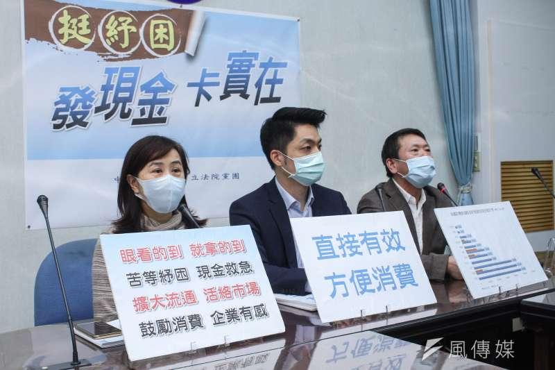 國民黨團6日召開「挺紓困、發現金、卡實在。」記者會,左起立委林奕華、蔣萬安、林為洲。 (蔡親傑攝)