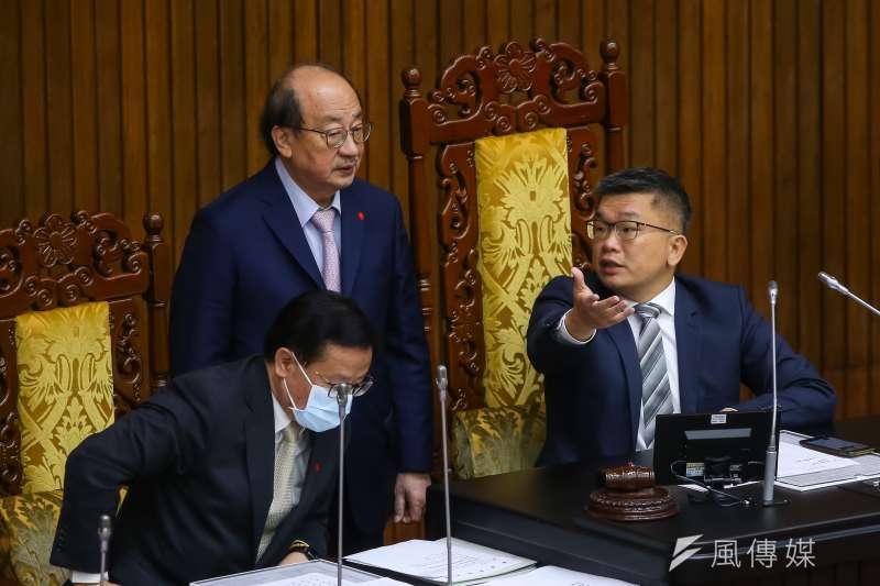 民進黨總召柯建銘(站立者)7日表示,防疫特別條例的修法計畫於10日逕付二讀,預計14日就可通過。(顏麟宇攝)