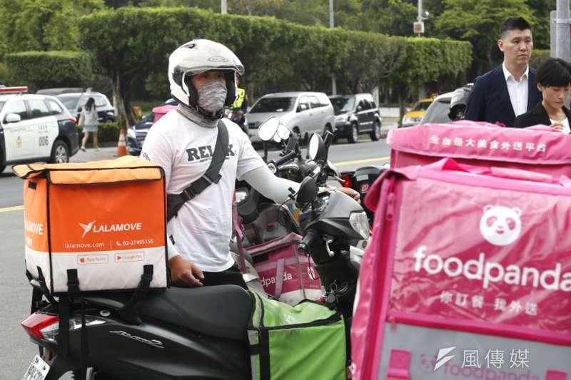 外送需求大增,但外送員只能靠民眾使用「無接觸送餐」服務降低感染風險。(郭晉瑋攝)