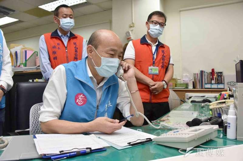 高雄市長韓國瑜(見圖)視察鳳山區公所防疫措施,並致電關心居家隔離的民眾。(資料照,高雄市政府提供)