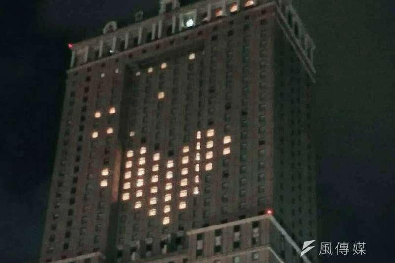 高雄漢來飯店利用空房在大樓外牆打出一個大愛心圖案,照亮夜空,傳遞防疫正能量。(圖/徐炳文翻攝)