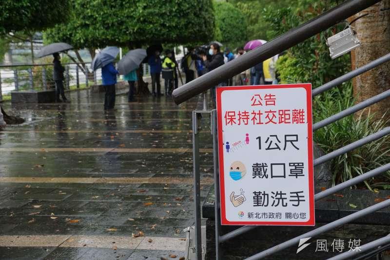 20200421-新北市碧潭風景區遊客稀疏、設立告示牌呼籲民眾保持社交距離。(盧逸峰攝)